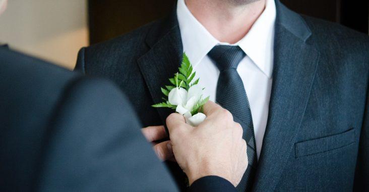 Le costume est-il obligatoire pour se rendre à un mariage?